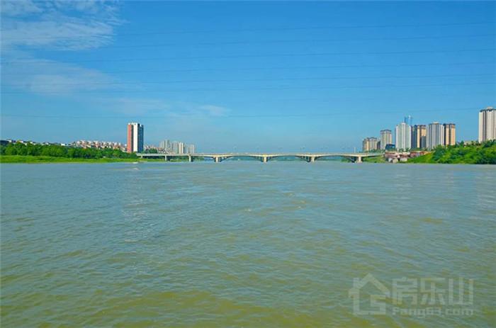 青衣江(左)、大渡河(右)在此交汇,在前面不远处乐山大佛脚下汇入岷江