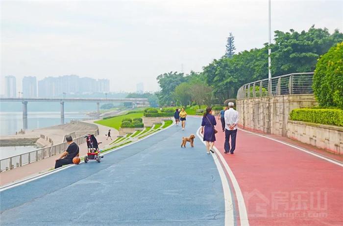 业主江边散步