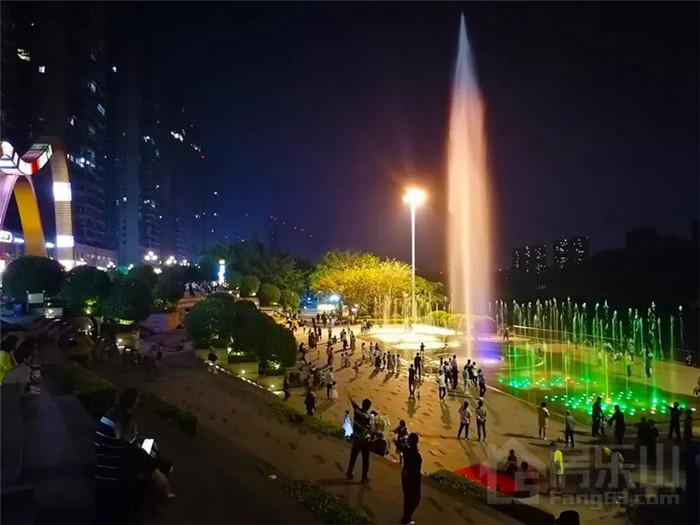 夜色中的喷泉广场
